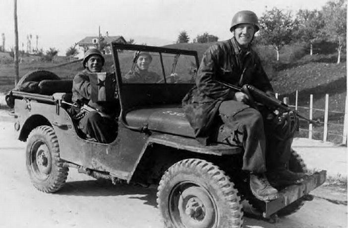 Немачки војници на заплењеном Титовом џипу. То је вероватно јединствени случај у том рату да лично возило врховног команданта једне војске буде заплењено од непријатеља у борби.