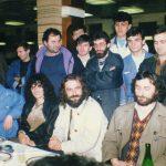 Студентски дом у Крагујевцу, 27. или 28. фебруар 1990, увече. Ово је било после првог опозиционог митинга у Србији од 1945. Одржан је на игралишту ПМФ-а, било је неколико хиљада људи. Окупљање је, као, тада било слободно, али само када се поднесе захтев милицији - са печатом. А сви печати су били у рукама комуниста. Осим печата ''Погледа'', листа студената крагујевачког универзитета... Тако сам се потписао, ударио печат и пријавио скуп Српске народне одбране. После смо вечерали у студентском дому. С лева на десно: Милослав Самарџић, Даница и Вук Драшковић, човек из СНО, из Пазове, Жорж