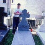 Манастир Св. Сава, Либертвил код Чикага, августа 1991. На гробу Јована Дучића