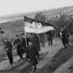 Ношење бадњака у логору Мустер, 1948. На челу је мајор Милан Цвјетићанин