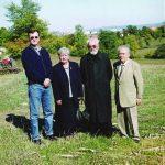 У Грошници код Крагујевца, 2003. Са Петром Раданом, његовом супругом Милицом, и пензионисаним свештеником који је пронашао гроб његовог стрица. Петар је био у Грошници и Крагујевцу пред рат, као дечак, у рату је био омладинац Динарске четничке дивизије, сада је познати емигрант у Канади