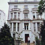 Чувени Хотел ''Равна Гора''. Иза оне куће лево живи Марк Нофлер, а позади је кућа Џоан Ролинг, са огромним двориштем. Ово је Нотинг хил!