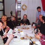 Аранђеловац, ресторан ''Александар'', 2004. Вечера после трибине о злочинима комуниста, одржане у препуном биоскопу. За совром је митрополит Амфилохије, лево је владика Јован, десно јереј Џомић. До владике седи прерано преминули глумац Данило Лазовић