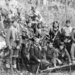 Део Комитског одреда Првог личког корпуса. Командант Никола Плећаш Нитоња клечи први с лева, у шубари (преминуо у Чикагу)