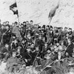 На Динари, крајем 1942. године. Командно особље Динарске четничке дивизије, са мајором Миодрагом Палошевићем, изаслаником генерала Михаиловића. Војвода Момчило Ђујић, командант дивизије, стоји у средини (са митраљезом), а Палошевић је лево од њега (са руком у џепу)
