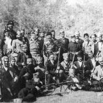 Генерал Дража Михаиловић и енглески пуковник Бејли (са Дражине десне стране) са четницима, у јесен 1943. године