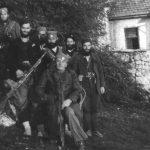 Војвода Доброслав Јевђевић са Херцеговцима. Са пушкомитраљезом је Душан Поповић, први с лева Виђен Ковачевић