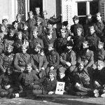 Команданти бригада и батаљона Динарске четничке дивизије, по завршетку официрског курса у Илирској Бистрици, почетком 1945. године. Седи, седми с лева, војвода Момчило Ђујић