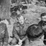 Генерал Дража Михаиловић са члановима савезничке војне мисије, америчким потпуковником Албертом Сајцом (лево) и британским генералом, шефом мисије, Чарлсом Армстронгом (у средини), у јесен 1943. године
