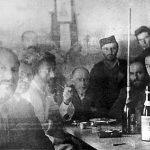 С лева на десно: Пуковник Драгослав Павловић из Врховне команде, енглески пуковник Бејли, Дража и академик Драгиша Васић. Снимак је вероватно начињен у селу Липово код Колашина почетком 1943. године, на некој слави
