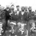Са драгачевским трубачима, лета 1943. године. Са Дражине десне стране је командант Србије генерал Мирослав Трифуновић, а са леве капетан Предраг Раковић