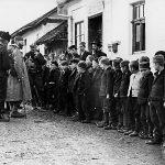 У обиласку школе у Прањанима, око 1. фебруара 1944. године
