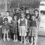 У дворишту школе у селу Копривна, између Добоја и Модриче, октобра 1944. године. Са Дражом је четворо деце свештеника Ристе Михића, као и деца из породица Деспотовић, Илић и др.