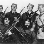 Мајор Милош Иветић из Босанског Грахова (седи први с десна), са групом четника Динарске дивизије. Иветић је живео у Гери, САД