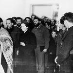 Дража на венчању наредника Гојка Ајваза, у селу Врањска испод Равне Горе, вероватно марта 1944. Иза свештеника је Гојко Ајваз. Између Ајваза и младе је Дража,  а иза младе је Мусулин