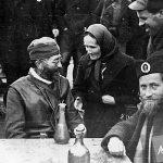 Дража са народом, вероватно марта 1944. године. Свештеник на слици је протојереј Будимир Соколовић, верски референт Врховне команде, убијен од комуниста