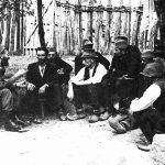 Дража са народом, вероватно лета 1944. године у селу Планиница испод Равне Горе