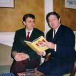 Лондон, маја 1992. Са престолонаследником Александром. Књига се зове ''Краљ је наш''...