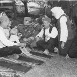 Дража у селу Планиница испод Равне Горе, у дворишту кафане Добрице Ћировића (седи на десној страни), 11. септембра 1944. године. У кафани се налазила пекара за четнике