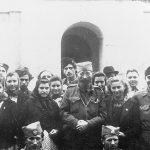 Дража са народом испред цркве у Прањанима, 6. септембра 1944. Страни официр на доњој фотографији је амерички поручник Мајкл Рајачић