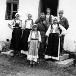 Дража са једном породицом у селу Толиса код Модриче, октобра 1944. У овом селу пре рата је службовао поп Саво Божић