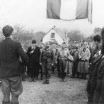 Добродошли у Босну: резервни мајор поп Саво Божић, командант Требавског корпуса и Дража. Иза Драже је амерички пуковник Роберт Мекдауел. Снимљено октобра 1944. године
