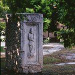 Споменик у близини Милошевог конака