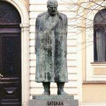 Споменик Војводи Радомиру Путнику испред зграде суда у којој је за време Првог светског рата била смештена српска Врховна команда