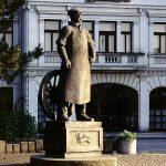 """Комунистички споменик """"радном човеку"""". Диван пример како су комунисти видели човека, несразмерно велико тело у односу на ситну главу"""