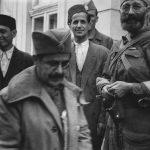 Дража са муслиманима, септембра или октобра 1944. у Босни. До Драже је Мустафа Мулалић, члан Централног националног комитета Краљевине Југославије. У првом плану је пуковник Лука Балетић