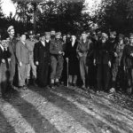 Дража у муслиманском селу Грапска код Добоја, октобра 1944. Први с лева, са белом капом и брадом, је мујезин (верски службеник) Мујо Буљубашић