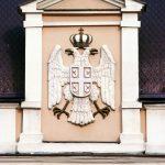 Двоглави бели орао са круном, на згради суда