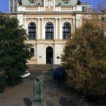 Зграда суда, са спомеником војвводи путнику на платоу испред суда