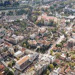 У средни фотографије Крагујевачка Гимназија, најстарија гимназија у Србији
