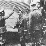 """Краљево, 18. октобра 1942. године. Хајнрих Химлер, Хитлерова десна рука, долази из Берлина да би надгледао операцију """"Копаоник"""" против Расинског корпуса мајора Драгутина Кесеровића. Овом приликом први пут је уведена у борбу 7. СС дивизија """"Принц Еуген"""". Долазак Химлера, највишег нацистичког функционера који је уопште посетио Србију, у Краљево, је једна од највећих тајни комунистичке историје. Јер, Химлеров долазак потврђује кога су Немци сматрали опасним противником. У ово доба, у Србији, Источној Босни и Херцеговини и у Црној Гори, партизана је било свега неколико стотина, а свеукупно у целој земљи 10-15.000. Да је којим случајем Химлер долазио због њих, комунисти би о томе снимили ко зна колико филмова. Ова фотографија и остале из серије чувају се у Народном музеју у Краљеву. Химлера поздравља генерал Артур Флепс, командант дивизије. Иза Химлера Валтер Шеленберг, шеф иностраног одељења Службе сигурности."""