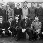 У Енглеској, 1950. Трећи с десна у горњем реду Раде Узелац, четврти, у белом мантилу, др Никица Ћурчић