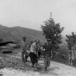 Пренос рањеника са положаја Каблена Главица у с. Брсно, ради лекарске помоћи, мај 1942.