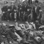"""13. април 1941. године. Павелићеве присталице поред убијених српских цивила и заробљених војника Југословенске војске. У ово време још нису добили заједничку униформу, па су носили траке са словом """"U"""""""