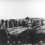 Крагујевац, Шумарице, јутро 21. октобра 1941. Немци одузимају документа таоцима непосредно уочи стрељања
