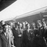 Железничка станица у Лестеру, Енглеска, 1954. Четници испраћају краља Петра и др Божидара Пурића (са шеширом), председника избегличке владе после Слободана Јовановића