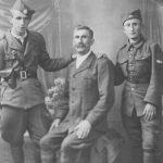 С лева: Стеван Огњеновић (живи у Лестеру, Енглеска), Арса Огњеновић (Стеванов отац, умро 1971) и наредник, касније потпоручник, Милан Огњеновић, командир Дољанске чете (живи у Лондону)