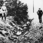 Шумарице, 21. октобра 1941. Немци поред групе стрељаних грађана