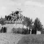 Село Дљин у Драгачеву, 1943. године. Сељаци на мобу праве кућу потпоручнику Милутину Јанковићу, команданту 1. драгачевске бригаде 1. равногорског корпуса. Немци и Бугари су два пута палили кућу потпоручника Јанковића