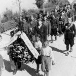 Сахрана Богдана Трбојевића у Селцу 1943. На челу поворке, Јово Милеуснић (живи у Канади)