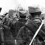 Капетан Предраг Раковић на смотри јединица у с. Атеница код Чачка. До њега је Перо Вукомановић из Атенице, командир локалне јединице