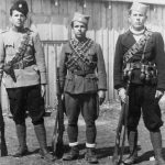 Четници из села Главаце у Гацкој долини (Лика). С лева на десно: Симо Жегарац (погинуо у борби против комуниста на Лошињу 1943), Петар Жегарац (заробљен од Немаца и предат усташама; убијен са још 55 четника у Оточцу 1944) и Дане Жегарац (живи у Енглеској)