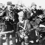 Атар села Баре, на путу Крагујевац - Горњи Милановац, 14. октобар 1941. Четници и партизани очекују немачку моторизовану колону из правца Крагујевца. Међутим, када је мајор Миодраг Палошевић, командант Шумадијских четничких одреда, ракетом дао знак за напад, партизани су се повукли према Топоници. Командант једног партизанског одреда, Александар Бељаковић, не могавши да поднесе издају, одмах је са својом јединицом прешао у четнике. У биткама против Немаца наредних дана учествовали су само четници. Бељаковић је заробљен и стрељан од Немаца 1943. године