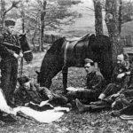 Босна, крајем 1944. године. Капетан Урош Шуштерич из Љубљане са члановима америчке војне мисије пуковника Мекдауела. У десном горњем углу је Шуштерич по изласку са робије, 1946. године