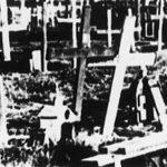 Централна хумка у Шумарицама, изглед за време и непосредно после рата. Комунисти су порушили крстове и поставили петокраке. Ни 2002. године крстови нису враћени