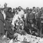 На гробу Петра Рајовића, четника из Спушког батаљона, који је погинуо у Катунској нахији под Пусти Лисац. Мајка, жена и деца са родбином и четницима на гробу